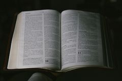 Mano che tiene la bibbia nello Spagnolo fotografie stock libere da diritti