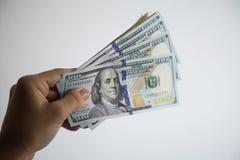Mano che tiene le banconote dei dollari fotografia stock libera da diritti