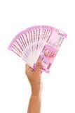 Mano che tiene 2000 note della rupia contro il bianco Immagini Stock