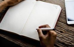 Mano che tiene Pen Write Diary Notebook Immagine Stock Libera da Diritti