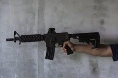 Mano che tiene pistola M16 Fotografia Stock Libera da Diritti