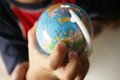 Mano che tiene un globo del colourfull Fotografia Stock Libera da Diritti