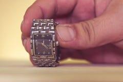 Mano che tiene un orologio Fotografia Stock