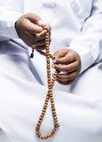 Mano che tiene un rosario musulmano Fotografia Stock Libera da Diritti