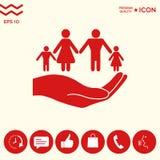 Mano che tiene un simbolo della famiglia La famiglia protegge l'icona Fotografie Stock
