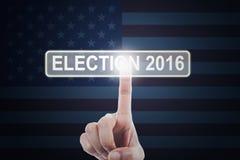 Mano che tocca il bottone dell'elezione 2016 Immagine Stock