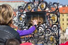 Mano che tocca san Jan Nepomuk su Charles Bridge a Praga, repubblica Ceca Fabbricazione del desiderio a Praga fotografia stock