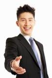 Mano cinese di scossa di ReachingTo dell'uomo d'affari Immagine Stock Libera da Diritti