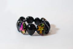 Mano colorida negra de la pulsera Fotografía de archivo