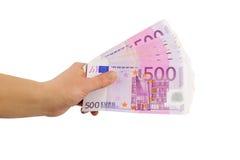 Mano con 500 billetes de banco euro (aislados) Foto de archivo libre de regalías