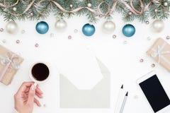 Mano con caffè sul posto di lavoro del ` s del nuovo anno Immagine Stock