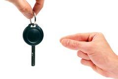 Mano con clave del coche Imagen de archivo libre de regalías