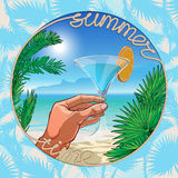 Mano con coctail sulla tavolozza luminosa della spiaggia illustrazione vettoriale