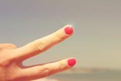Mano con dos fingeres para arriba en el símbolo de la paz o de la victoria foto de archivo libre de regalías