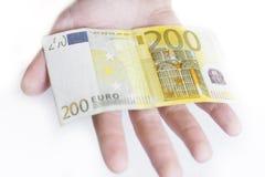 Mano con el billete de banco del euro 200 Fotos de archivo libres de regalías