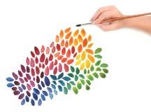 Mano con el cepillo y el fondo pintado color Imagenes de archivo