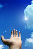 Mano con el cielo del verano Imagen de archivo libre de regalías