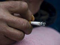 Mano con el cigarrillo Fotografía de archivo libre de regalías