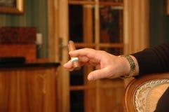 Mano con el cigarro Fotografía de archivo