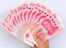 Mano con el dinero chino del yuan Foto de archivo libre de regalías