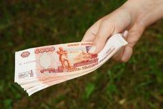 Mano con el dinero ruso Fotografía de archivo
