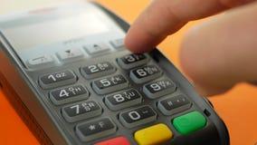 Mano con el golpe fuerte de la tarjeta de crédito a través del terminal para la venta almacen de metraje de vídeo