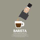 Mano con el jarro de colada Barista Concept del café Imagen de archivo