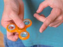 Mano con el juguete del hilandero Fotografía de archivo libre de regalías