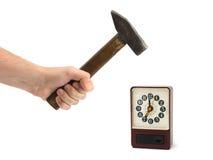 Mano con el martillo y el reloj de alarma Fotos de archivo