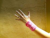 Mano con el pañuelo Fotos de archivo libres de regalías