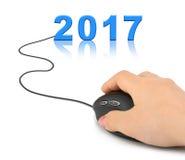 Mano con el ratón y 2017 del ordenador Fotos de archivo libres de regalías