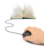 Mano con el ratón y el libro del ordenador Fotos de archivo libres de regalías