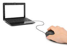 Mano con el ratón y el cuaderno del ordenador Imágenes de archivo libres de regalías