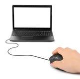 Mano con el ratón y el cuaderno del ordenador Fotos de archivo libres de regalías