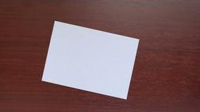 Mano con el sobre blanco almacen de video