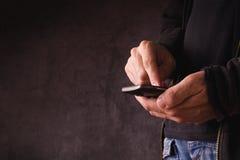 Mano con el teléfono elegante móvil foto de archivo libre de regalías