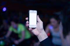 Mano con el teléfono móvil Fotos de archivo libres de regalías