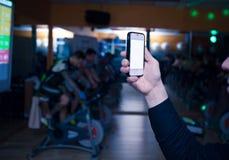Mano con el teléfono móvil Fotografía de archivo libre de regalías