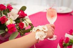 mano con el vidrio del champán Fotografía de archivo libre de regalías