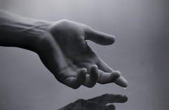 Mano con gota del agua Fotos de archivo