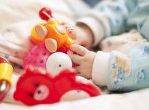 Mano con i giocattoli del bambino Fotografia Stock