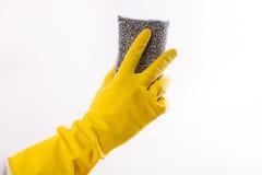 Mano con i guanti che tengono la spugna dell'impianto di lavaggio Fotografia Stock