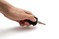 Mano con i tasti dell'automobile Fotografie Stock Libere da Diritti