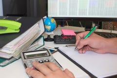 Mano con il calcolatore Affare di contabilità e di finanza Immagini Stock Libere da Diritti