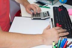 Mano con il calcolatore Affare di contabilità e di finanza Immagini Stock