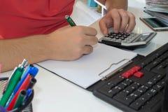 Mano con il calcolatore Affare di contabilità e di finanza Immagine Stock