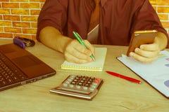 Mano con il calcolatore Affare di contabilità e di finanza Fotografia Stock