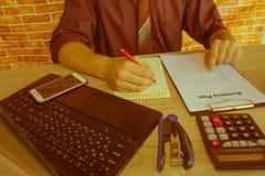 Mano con il calcolatore Affare di contabilità e di finanza Fotografie Stock