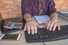 Mano con il calcolatore Affare di contabilità e di finanza Fotografie Stock Libere da Diritti