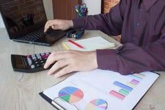 Mano con il calcolatore Affare di contabilità e di finanza Immagine Stock Libera da Diritti